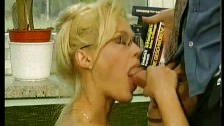 Doppelpenetration für blonde Porno Frau